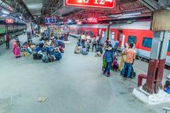 ΔΕΛΧΙ, ΙΝΔΙΑ - 24 ΟΚΤΩΒΡΊΟΥ 2016: Πλατφόρμα του σταθμού τρένου του Νέου Δελχί, Indi στοκ εικόνες με δικαίωμα ελεύθερης χρήσης
