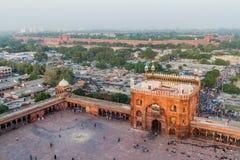 ΔΕΛΧΙ, ΙΝΔΙΑ - 22 ΟΚΤΩΒΡΊΟΥ 2016: Προαύλιο του μουσουλμανικού τεμένους Jama Masjid στο κέντρο του Δελχί, Ινδία Κόκκινο οχυρό στοκ φωτογραφία με δικαίωμα ελεύθερης χρήσης