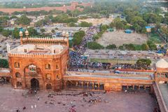 ΔΕΛΧΙ, ΙΝΔΙΑ - 22 ΟΚΤΩΒΡΊΟΥ 2016: Προαύλιο του μουσουλμανικού τεμένους Jama Masjid στο κέντρο του Δελχί, Ινδία Κόκκινο οχυρό στοκ εικόνα με δικαίωμα ελεύθερης χρήσης