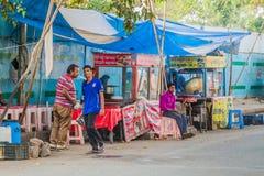 ΔΕΛΧΙ, ΙΝΔΙΑ - 24 ΟΚΤΩΒΡΊΟΥ 2016: Στάβλοι τροφίμων οδών στο Δελχί, Indi στοκ εικόνες