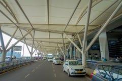 ΔΕΛΧΙ, ΙΝΔΙΑ - 19 ΣΕΠΤΕΜΒΡΊΟΥ 2017: Μερικά αυτοκίνητα που σταθμεύουν υπαίθρια του διεθνούς αερολιμένα του Δελχί, Ίντιρα Γκάντι Στοκ εικόνα με δικαίωμα ελεύθερης χρήσης