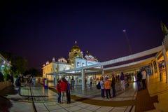 ΔΕΛΧΙ, ΙΝΔΙΑ - 19 ΣΕΠΤΕΜΒΡΊΟΥ 2017: Μη αναγνωρισμένοι άνθρωποι που περπατούν μπροστά από το διάσημο σιχ χρυσό ναό gurdwara Στοκ Εικόνες