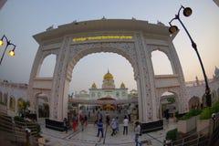 ΔΕΛΧΙ, ΙΝΔΙΑ - 19 ΣΕΠΤΕΜΒΡΊΟΥ 2017: Οι μη αναγνωρισμένοι άνθρωποι εισάγουν στην αψίδα του σιχ ναού Gurudwara Bangla Sahib Στοκ Εικόνες