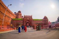 ΔΕΛΧΙ, ΙΝΔΙΑ - 25 ΣΕΠΤΕΜΒΡΊΟΥ 2017: Οι μη αναγνωρισμένοι άνθρωποι εισάγουν του κόκκινου οχυρού λεπτομέρειας στο Δελχί, Ινδία Στοκ Φωτογραφίες