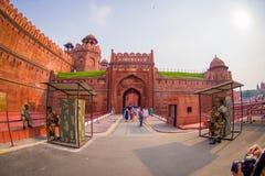 ΔΕΛΧΙ, ΙΝΔΙΑ - 25 ΣΕΠΤΕΜΒΡΊΟΥ 2017: Οι μη αναγνωρισμένοι άνθρωποι εισάγουν του κόκκινου οχυρού λεπτομέρειας στο Δελχί, Ινδία Στοκ φωτογραφίες με δικαίωμα ελεύθερης χρήσης