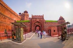 ΔΕΛΧΙ, ΙΝΔΙΑ - 25 ΣΕΠΤΕΜΒΡΊΟΥ 2017: Οι μη αναγνωρισμένοι άνθρωποι εισάγουν του κόκκινου οχυρού λεπτομέρειας στο Δελχί, Ινδία Στοκ φωτογραφία με δικαίωμα ελεύθερης χρήσης