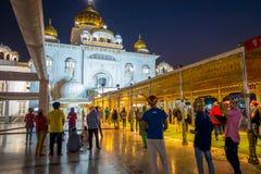 ΔΕΛΧΙ, ΙΝΔΙΑ - 19 ΣΕΠΤΕΜΒΡΊΟΥ 2017: Πλήθος των ανθρώπων που περπατούν στο plaza στο διάσημο σιχ χρυσό ναό gurdwara Στοκ Εικόνες