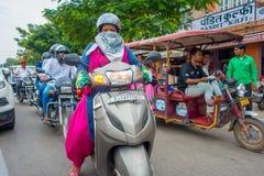 ΔΕΛΧΙ, ΙΝΔΙΑ - 19 ΣΕΠΤΕΜΒΡΊΟΥ 2017: Πλήθος των ανθρώπων στη μοτοσικλέτα στις οδούς του paharganj, υπάρχει πολύς τουρίστας Στοκ φωτογραφίες με δικαίωμα ελεύθερης χρήσης