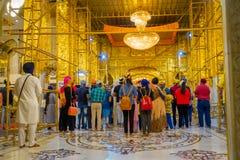 ΔΕΛΧΙ, ΙΝΔΙΑ - 19 ΣΕΠΤΕΜΒΡΊΟΥ 2017: Όμορφοι χρυσοί τοίχοι μέσα του ναού με το πλήθος των ανθρώπων μέσα του Σιχ Στοκ φωτογραφία με δικαίωμα ελεύθερης χρήσης