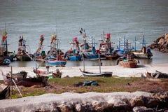 Δεμένα αλιευτικά σκάφη, παραλία Khao Tao, Ταϊλάνδη Στοκ εικόνα με δικαίωμα ελεύθερης χρήσης