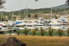 δεμένα γιοτ μαρινών Sailboat λιμάνι, πολλά δεμένα γιοτ πανιών στο θαλάσσιο λιμένα, σύγχρονη μεταφορά νερού, διακοπές καλοκαιριού Στοκ Εικόνα