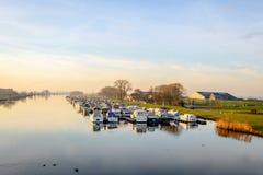 Δεμένες βάρκες σε ένα μικρό ολλανδικό λιμάνι Στοκ Φωτογραφίες