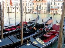 Δεμένες γόνδολες σε μια σειρά στη Βενετία Στοκ Εικόνες