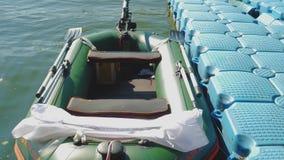 Δεμένη διογκώσιμη βάρκα απόθεμα βίντεο