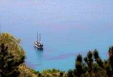 Δεμένη πλέοντας βάρκα Στοκ Εικόνες