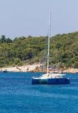 δεμένο μπλε sailboat πολυτέλειας καταμαράν Στοκ εικόνα με δικαίωμα ελεύθερης χρήσης