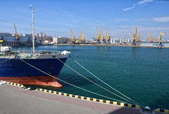 Δεμένο σκάφος στο θαλάσσιο λιμένα Στοκ Εικόνες