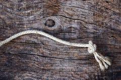 Δεμένο σχοινί σε μια ξύλινη βάση Στοκ φωτογραφία με δικαίωμα ελεύθερης χρήσης