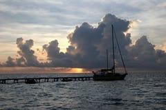 δεμένο sailboat ηλιοβασίλεμα Στοκ φωτογραφία με δικαίωμα ελεύθερης χρήσης
