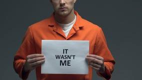 Δεν ήταν εγώ φράση στο χαρτόνι στα χέρια του καυκάσιου άνδρα φυλακισμένου, δικαιοσύνη απόθεμα βίντεο