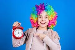 Δεν αστειεύομαι για την πειθαρχία Ψεύτικος συναγερμός Ανησυχία κοριτσιών για το χρόνο Χρόνος να υπάρξει η διασκέδαση Έννοια πειθα στοκ εικόνα με δικαίωμα ελεύθερης χρήσης