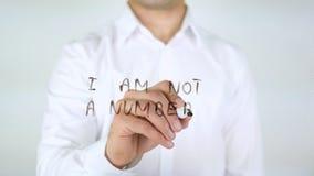 Δεν είμαι ένας αριθμός, άτομο που γράφει στο γυαλί Στοκ Εικόνα