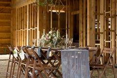Δεξίωση γάμου σε μια ξύλινη σιταποθήκη κόκκινος τρύγος ύφους κρίνων απεικόνισης Στοκ φωτογραφία με δικαίωμα ελεύθερης χρήσης