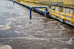 Δεξαμενές αερισμού στα λύματα που ανακυκλώνουν και που καθαρίζουν, σύγχρονο εργοστάσιο επεξεργασίας απόβλητου ύδατος στοκ εικόνα