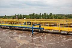 Δεξαμενές αερισμού στα λύματα που ανακυκλώνουν και που καθαρίζουν, σύγχρονο εργοστάσιο επεξεργασίας απόβλητου ύδατος στοκ φωτογραφία με δικαίωμα ελεύθερης χρήσης