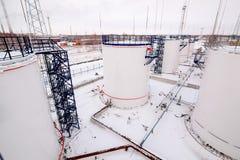Δεξαμενές αποθήκευσης πετρελαίου εργοστασίων εγκαταστάσεων καθαρισμού Στοκ Φωτογραφία