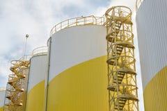Δεξαμενές αποθήκευσης του βιομηχανικού μύλου πετρελαίου Στοκ φωτογραφία με δικαίωμα ελεύθερης χρήσης