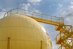 Δεξαμενές αποθήκευσης του μύλου πετρελαίου Στοκ φωτογραφία με δικαίωμα ελεύθερης χρήσης