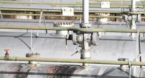 Δεξαμενές για την αποθήκευση του φυσικού αερίου στις μεγάλες βιομηχανικές εγκαταστάσεις με Στοκ φωτογραφίες με δικαίωμα ελεύθερης χρήσης