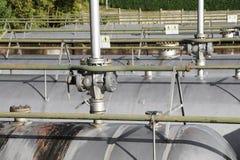 Δεξαμενές για την αποθήκευση του φυσικού αερίου στις μεγάλες βιομηχανικές εγκαταστάσεις με Στοκ Εικόνα