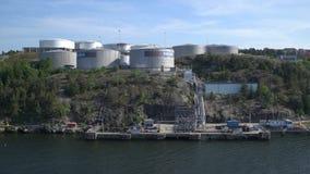 Δεξαμενές για την αποθήκευση των καυσίμων Κατάστημα στην ακτή της θάλασσας της Βαλτικής απόθεμα βίντεο