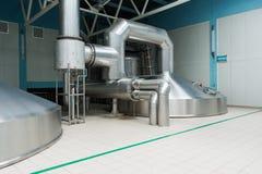 Δεξαμενές ζύμωσης χάλυβα στο εργοστάσιο ζυθοποιών Στοκ εικόνες με δικαίωμα ελεύθερης χρήσης