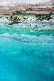 Δεξαμενές θάλασσας στο θαλάσσιο νερό στην άκρη του απότομου βράχου Στοκ Εικόνες