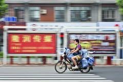 Δεξαμενές νερού μεταφορών ατόμων σε μια μοτοσικλέτα, Yantai, Κίνα στοκ εικόνες