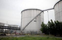 Δεξαμενές πετρελαίου στο λιμένα του Ρότερνταμ στο εργοστάσιο Στοκ εικόνα με δικαίωμα ελεύθερης χρήσης