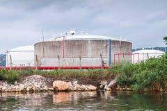 Δεξαμενές πετρελαίου στην ακτή Μαύρης Θάλασσας στο λιμένα της Βάρνας Στοκ φωτογραφία με δικαίωμα ελεύθερης χρήσης