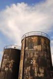 Δεξαμενές προόδου ασφάλτου με το μπλε ουρανό Στοκ Φωτογραφία