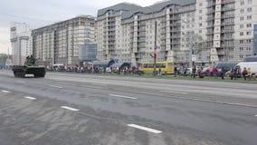 Δεξαμενές, στρατιωτική εισβολή στρατού της πόλης, θωρακισμένος στράτευμα-μεταφορέας, κίνδυνος, καπνός φιλμ μικρού μήκους