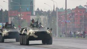 Δεξαμενές, στρατιωτική εισβολή στρατού της πόλης, θωρακισμένος στράτευμα-μεταφορέας, κίνδυνος, καπνός απόθεμα βίντεο