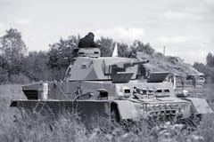Δεξαμενή Γερμανικός στρατιωτικός εξοπλισμός από το δεύτερο παγκόσμιο πόλεμο στην αναδημιουργία του πεδίου μάχης για να γιορτάσει  στοκ φωτογραφία με δικαίωμα ελεύθερης χρήσης