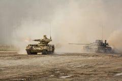 Δεξαμενή ` και τ-80 εξολοθρευτών δεξαμενών ` σε μια μάχη κατάρτισης στο έδαφος στοκ εικόνες