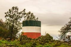 Δεξαμενή νερού που χρωματίζεται με τα ιταλικά χρώματα σημαιών στην οροσειρά λόφοι στοκ εικόνα με δικαίωμα ελεύθερης χρήσης