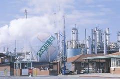 Δεξαμενή που χρωματίζεται ως σφαίρα με την ημέρα 1970-1990� λέξεων �Earth σε ένα διυλιστήριο πετρελαίου Unocal στο Λος Άντζελες,  Στοκ Εικόνες