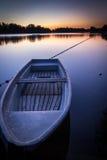 Δεξαμενή στο λυκόφως με μια βάρκα στο πρώτο πλάνο - Σαξωνία, Γερμανία Στοκ Φωτογραφίες