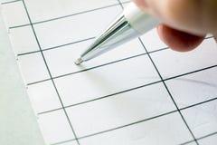 Δεξιά εκμετάλλευση μια μάνδρα που υπογράφει σε χαρτί στοκ φωτογραφία με δικαίωμα ελεύθερης χρήσης