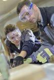 Δεξιότητες ξυλουργικής διδασκαλίας εκπαιδευτικών στον εκπαιδευόμενο στοκ εικόνες